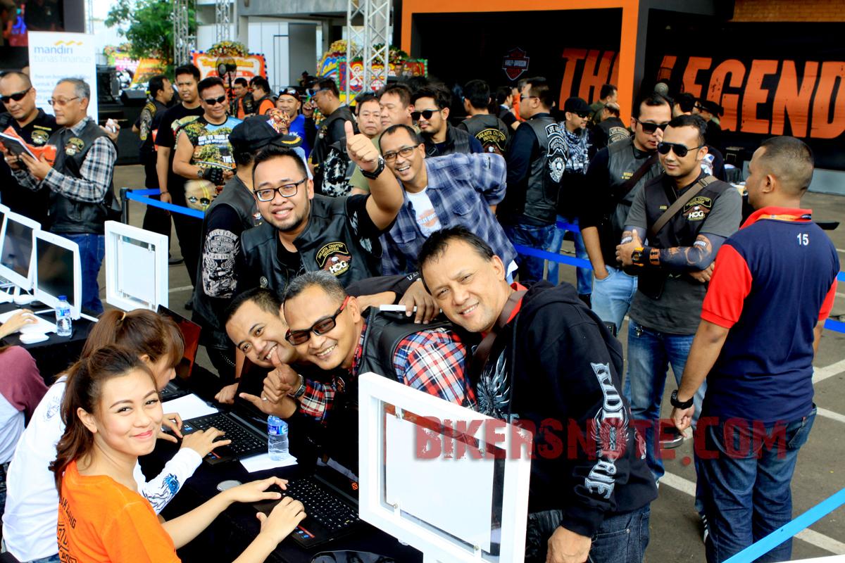 Antusiasme para biker melakukan registrasi saat memasuki venue