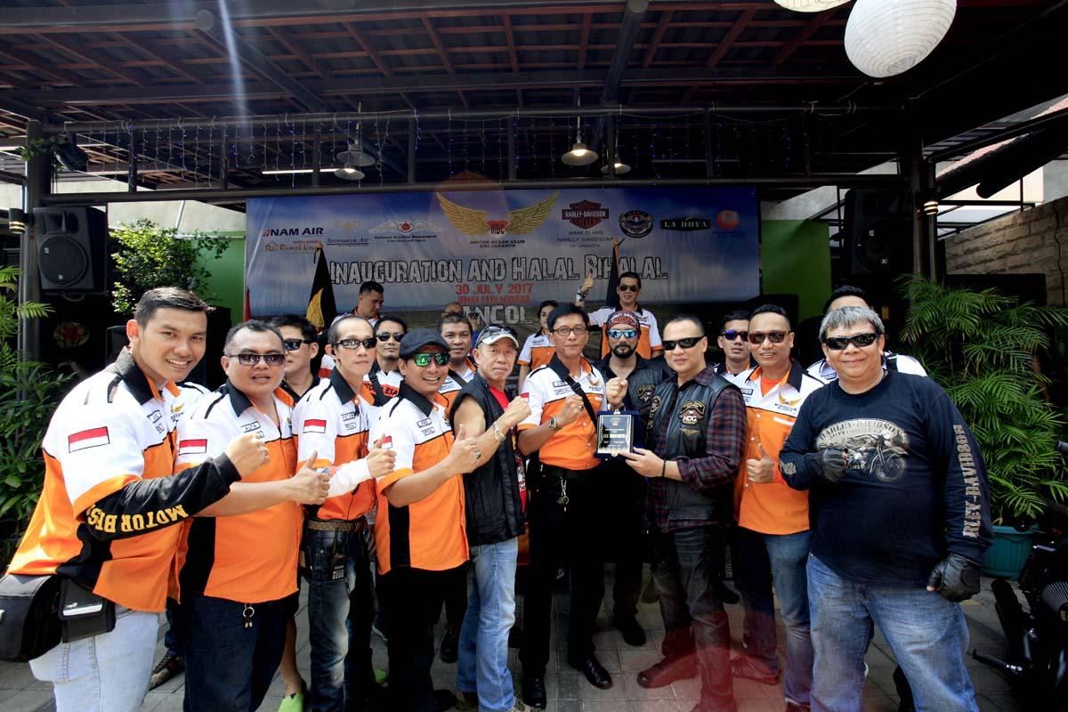 Halal Bihalal dan Inagurasi MBC DKI Jakarta_Yudi Djadja bersama para biker dari HOG Jakarta Chapter menyampaikan piagam kepada Capt Bimo Seno