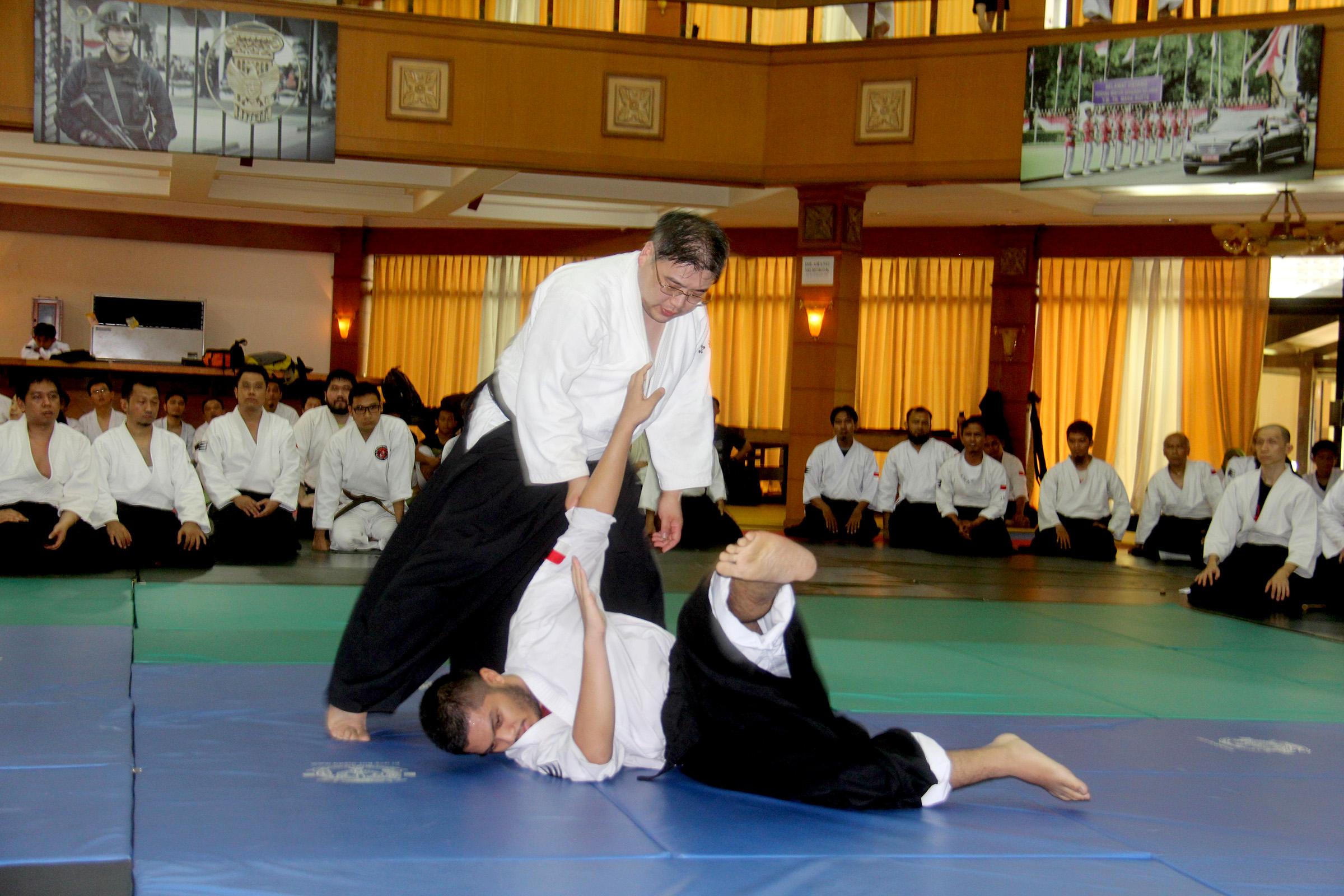 Shihan Koyanagi Memberikan contoh gerakan