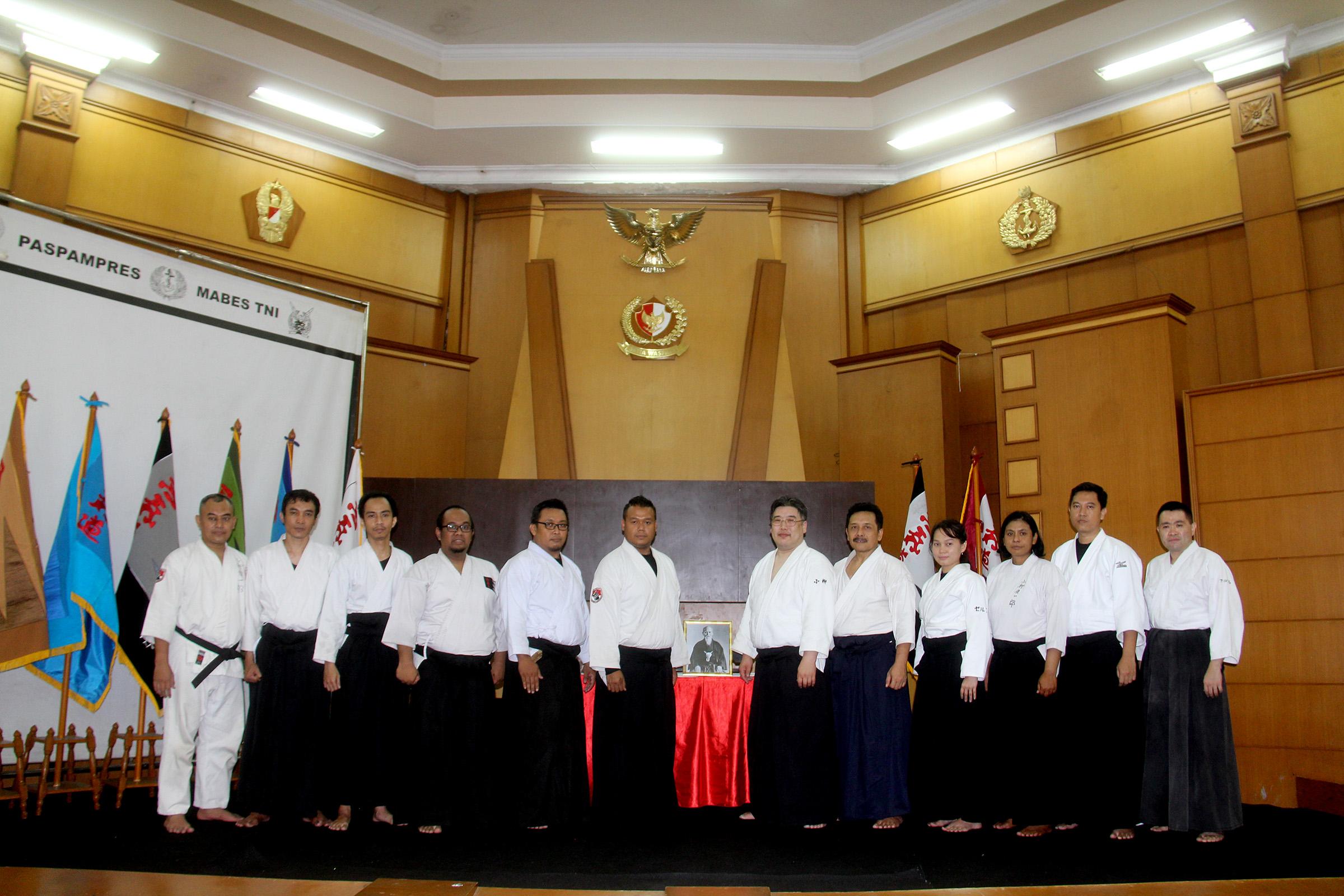 Shihan Koyanagi beserta Sensei Anto Pimpinan Aikido Reflow Indonesia dan para black belt Aikido Reflow Indonesia