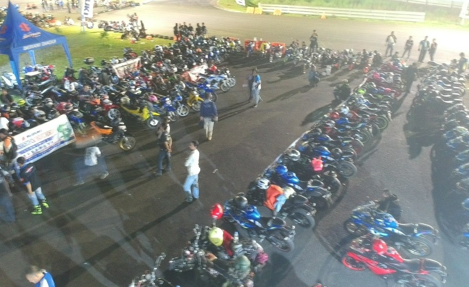 Suzuki Saturday Night Ride Surabaya Ajak Bikers Taklukkan Sirkuit Bung Tomo
