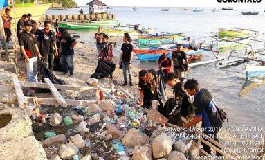 YRFI Gorontalo Pungutin Sampah di Pantai Tanjung Kramat