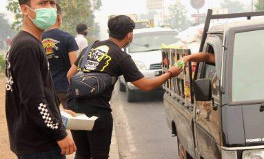 Supermoto Indonesia (SMI) Riau Bagikan Masker Gratis di Tengah Kepulan Asap