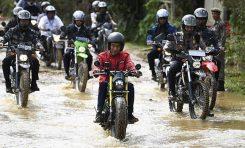 Ungkap Rahasia Sukses Jokowi Saat Lintasi Jalanan Becek Perbatasan Indonesia - Malaysia