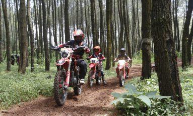 Komunitas Honda CRF Bandung Jelajah Alam Sambil Baksos