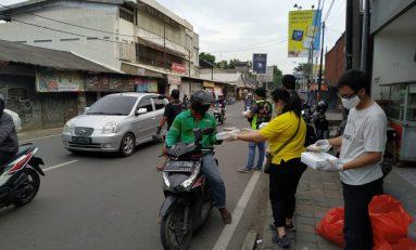 Gandeng Bikers, Evalube Bagi-bagi Takjil dan Sembako di Tiga Kota