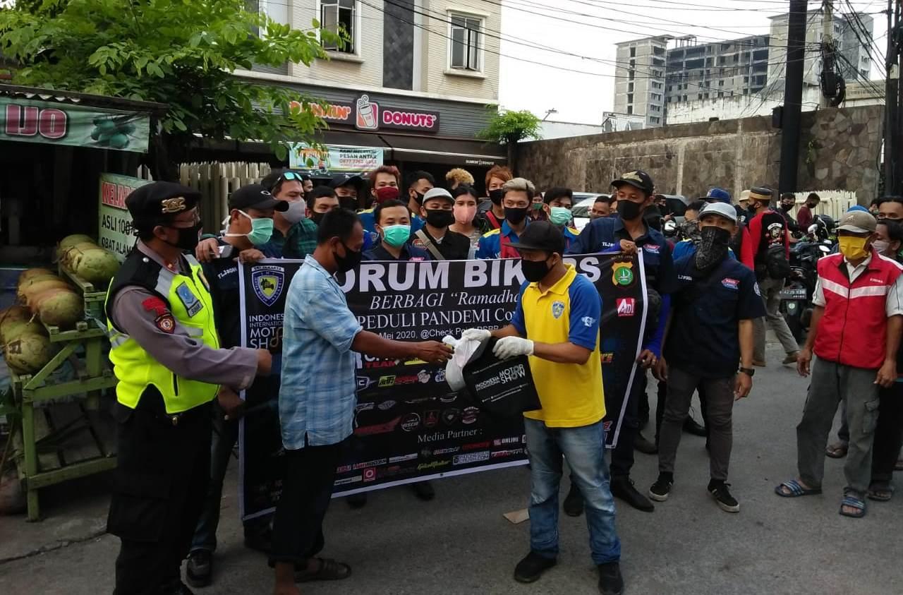 Baksos Ramadhan Forum Bikers di Pos PSBB Kalimalang