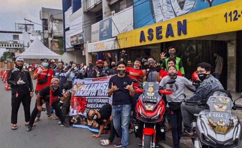 Komunitas Bikers Honda ADV Indonesia (HAI) Bagikan Masker dan Takjil
