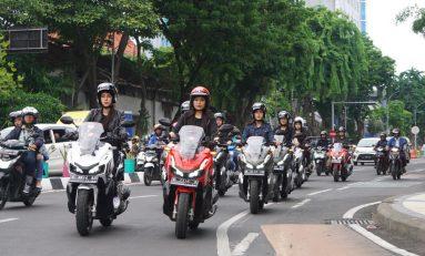Tunggangi ADV150, Puluhan Bikers Wanita Touring Keliling Surabaya