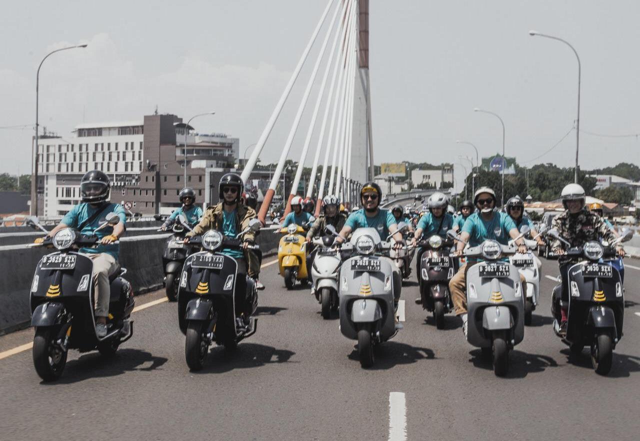 Bikers Bandung Uji Coba Beragam Fitur Unggulan Vespa GTS Super Tech 300