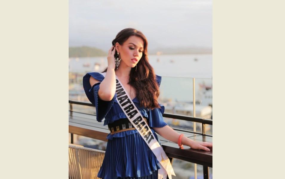 Gaya Finalis Putri Indonesia Kalista Iskandar di Atas Moge