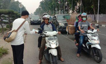 Kabut Asap Makin Parah, Kutu Community Pekanbaru Bagikan Masker Gratis