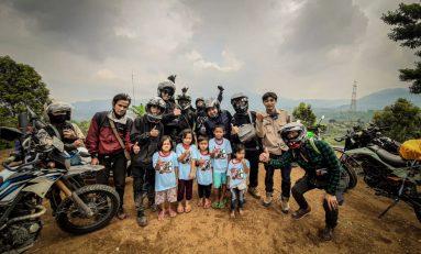 Riding Kemerdekaan Supermoto Indonesia (SMI) Depok Sambil Berbagi Kaos Sepanjang Jalan