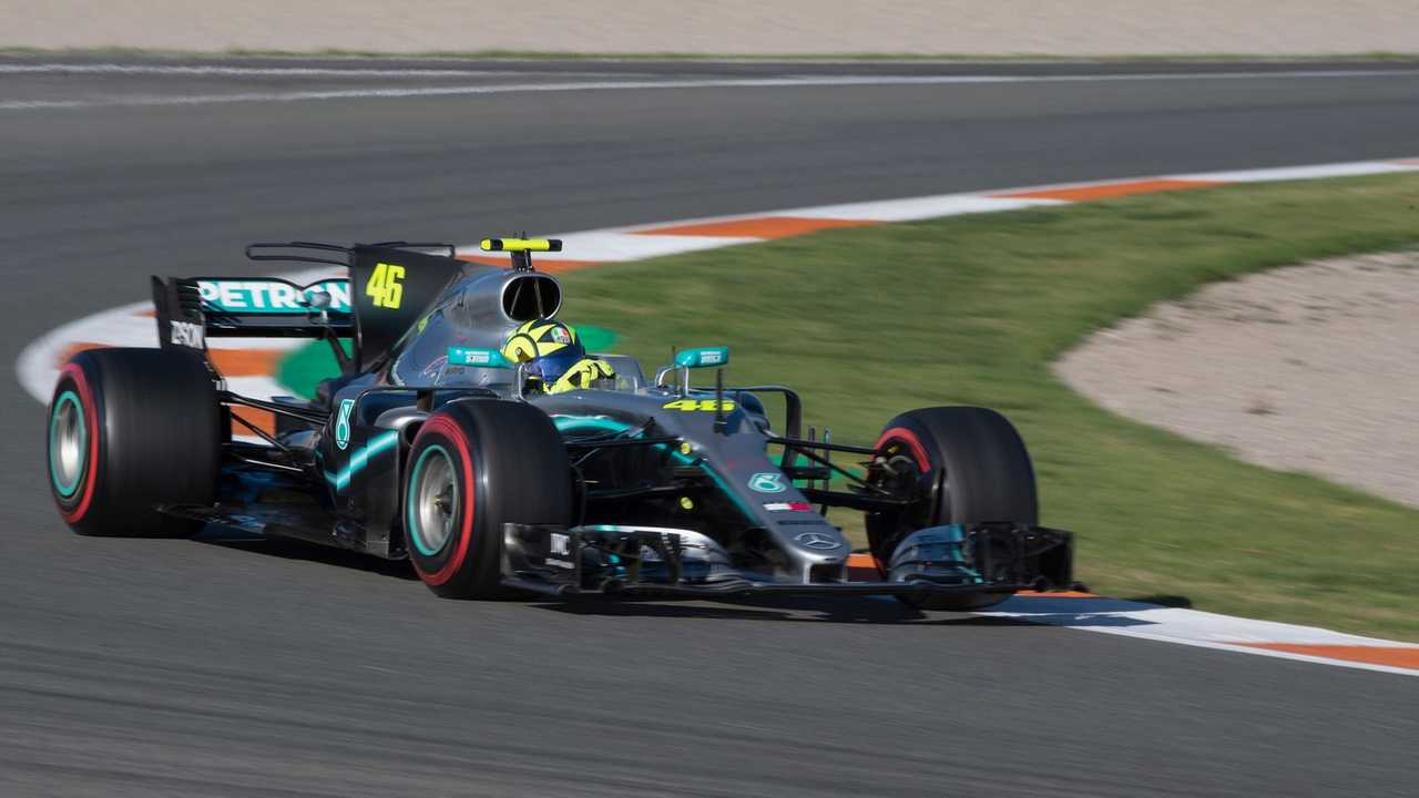 Jajal Mobil Formula 1 Milik Hamilton, Rossi Girang