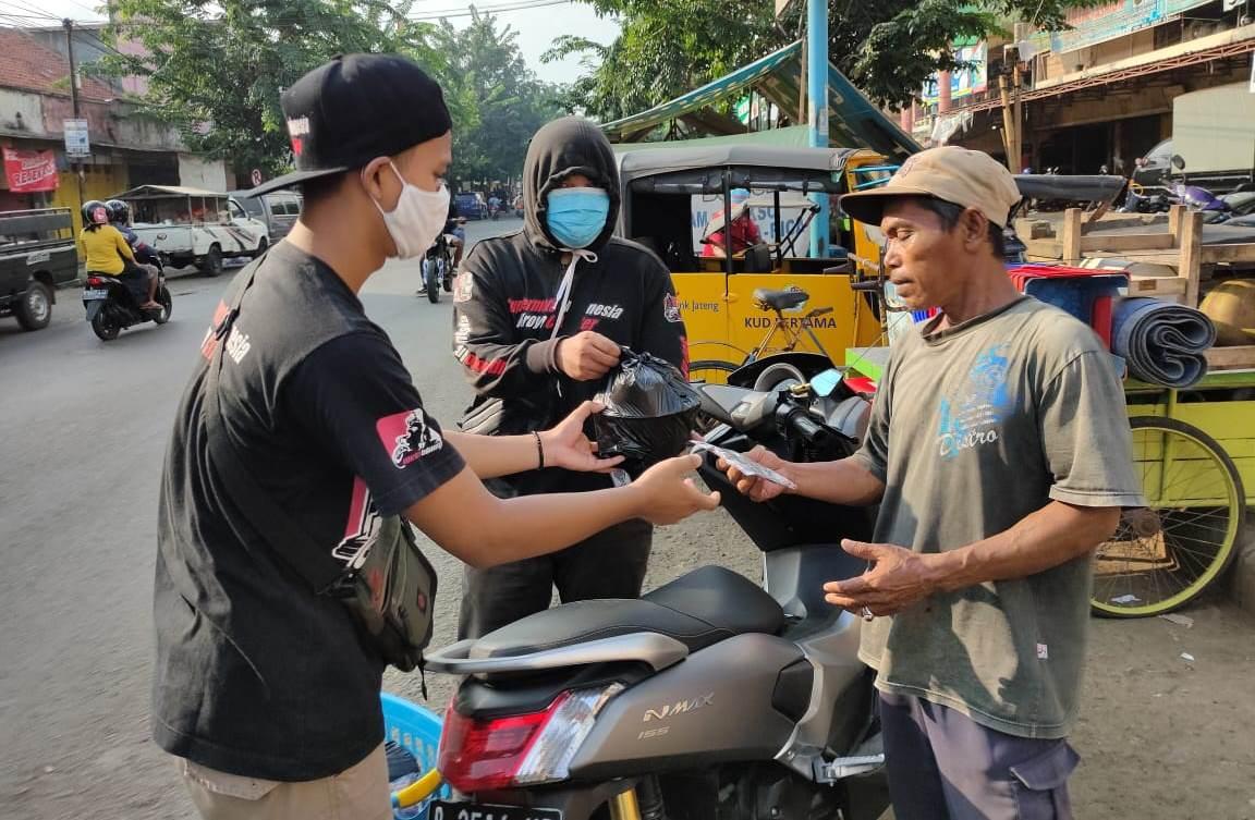 Gelar Baksos, Komunitas Supermoto Indonesia (SMI) Kroya Geruduk Pasar