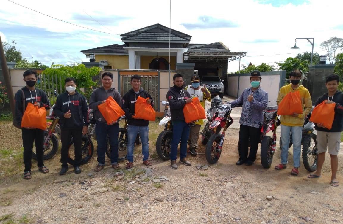 Baksos Komunitas Supermoto Indonesia (SMI) Lamandau Distribusikan Paket Sembako