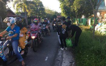 Bagi-bagi Sembako, SMI Sampit Geruduk Rumah Warga
