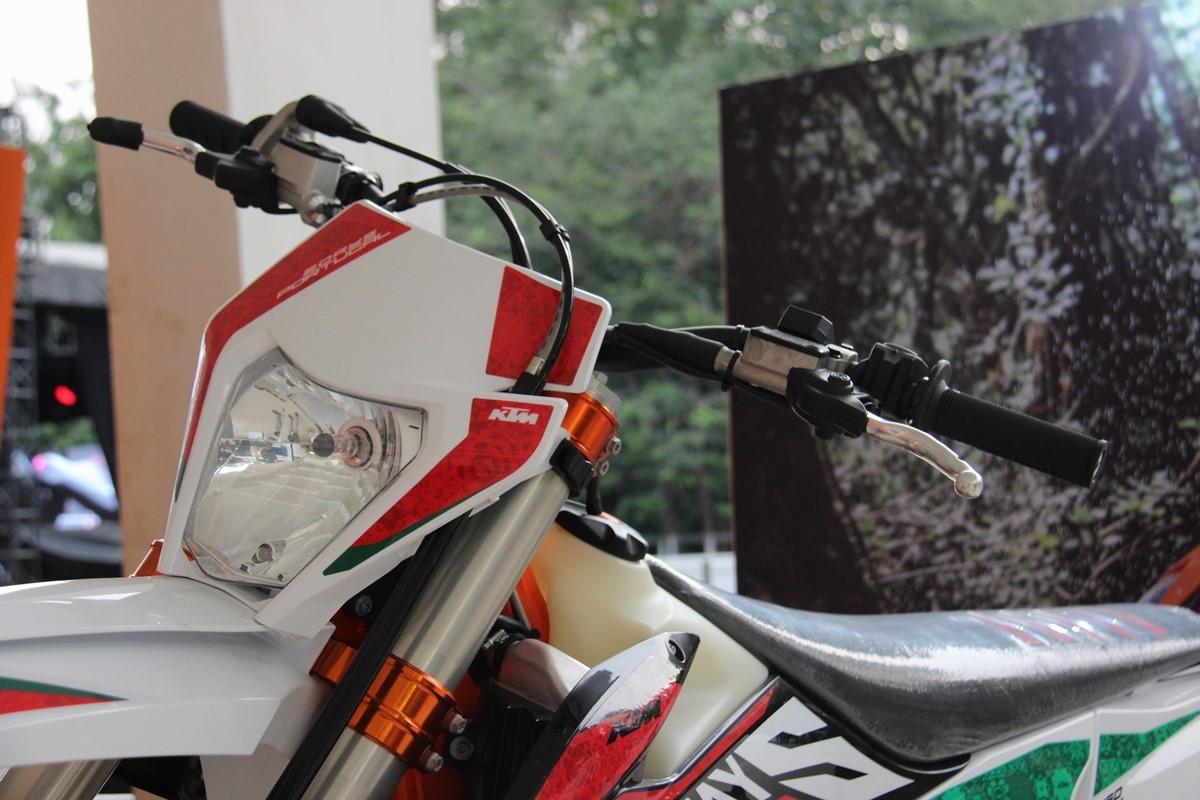 Tampilan depan KTM 450 EXC-F Six Days Portugal Edition
