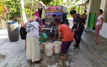 Komunitas Supermoto Indonesia (SMI) Kebumen Bagikan Air Bersih ke Warga Terdampak Kemarau Panjang