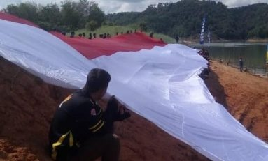 Yamaha Lexi Community Jakarta (YLCJ) Kibarkan Bendera Merah Putih Sepanjang 100 Meter Bersama YRFI Riau