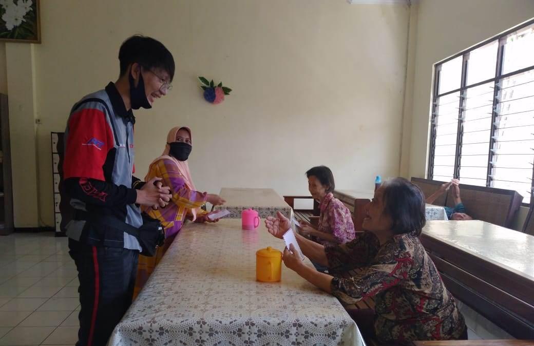 Yamaha Aerox Club Indonesia (YACI) Cirebon Peduli Lansia Hingga Bersih Bersih Mushola