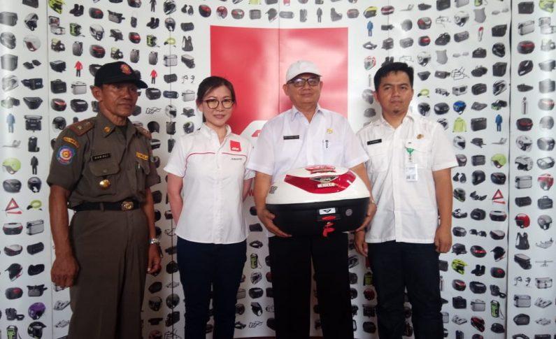 Givi Indonesia Serahkan 100 Box Untuk Guru di Cikupa